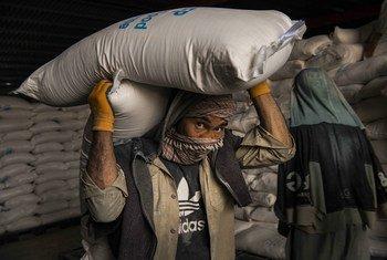 Dstribución de víveres en un almacén del Programa Mundial de Alimentos en Kabul el pasado mes de mayo