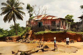 Политика Либерии в области климата направлена на то, чтобы помочь людям, живущим на побережье, противостоять экстремальным погодным явлениям.