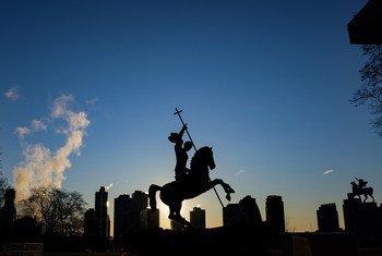"""La escultura """"El bien vence al mal"""", situada en la sede de la ONU en Nueva York, con Long Island City, en Queens, de fondo."""