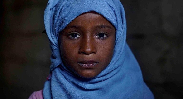 Angam, sept ans, ne peut pas aller à l'école parce que sa famille n'en a pas les moyens.