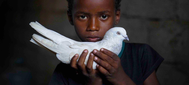 عبد الله، يبلغ من العمر سبع سنوات، نزح بسبب الصراع المستمر منذ خمس سنوات في اليمن.