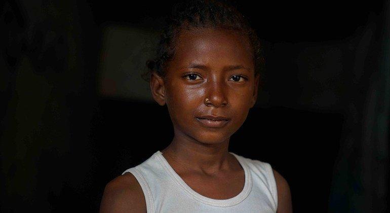 Hala, onze ans, est l'aînée des cinq filles qui ont été déplacées par la guerre au Yémen.