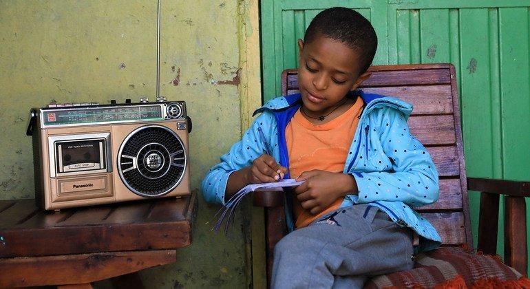Un niño en Etiopía atiende a clase a través de la radio debido al cierre de las escuelas por el COVID-19.