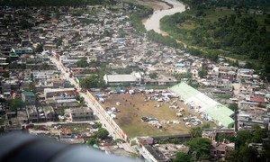Un campo de deportes en la localidad de Les Cayes se está utilizando como campamento temporal para las personas desplazadas por el reciente terremoto en Haití.