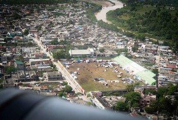 يتم استخدام ملعب رياضي في ليس-كايس كمخيم مؤقت للنازحين بسبب الزلزال الأخير في هايتي.