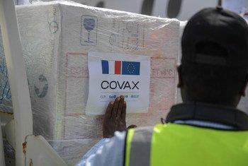 لقاحات ضد كوفيد-19 تصل إلى مقديشو، قدمتها فرنسا عبر مرفق كوفاكس للتوزيع العادل للقاحات.