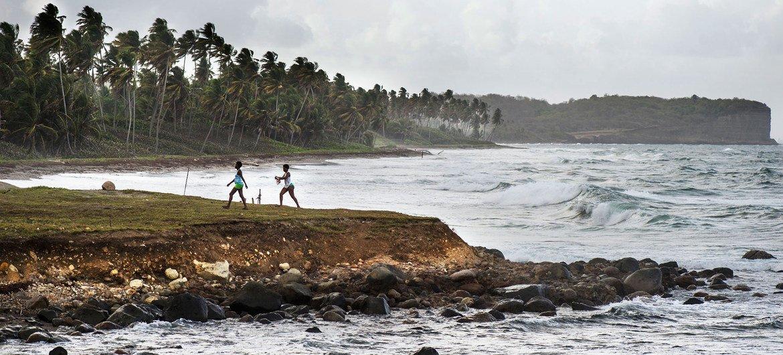 Mmomonyoko wa pwani unaonekana karibu na Grenville, Grenada, katika kisiwa cha Karibea.