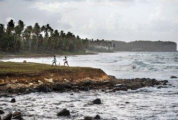 加勒比海岛国格林纳达附近的海滩上可以看到海岸被侵蚀。