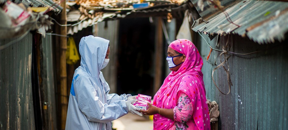 With support from UNDP, community workers in Bangladesh are working on the ground  distributing hygiene packages and promoting coronavirus prevention awareness.
