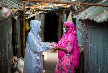 在开发计划署的支持下,孟加拉国的社区工作人员正在实地分发卫生用品并提高人们对冠状病毒预防的认识。