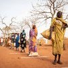 दक्षिण सूडान के एक शिविर में शरणार्थी शारीरिक दूरी बनाकर रह रहे हैं.