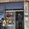 Des volontaires accrochent des posters fournissant des instructions sur comment se protéger contre le coronavirus dans la ville de Qamishly, dans le nord-est de la Syrie.