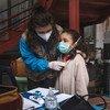 طفلة في السابعة من العمر تتلقى فحصا طبيا في أحد المواقع التي تسكن بها في روما، والطبيبة التي تقدم لها خدمة الفحص ضمن عمل فريق المساعدة التابع لليونيسف