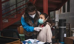 Une fillette est examinée par le Dr Antonella Tochiaro dans un camp informel où elle vit à Rome, en Italie (photo d'archives).