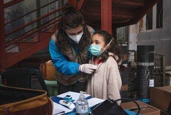 Francesca (nombre ficticio) durante un reconocimiento médico en Italia por parte del equipo de salud de INTERSOS/UNICEF.