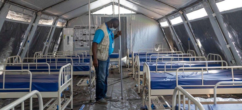 Un employé de l'UNICEF supervise l'installation de tentes à côté d'un hôpital à Niamey, au Niger, pendant la pandémie de Covid-19.