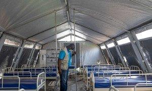 Mfanyikazi wa UNICEF akikagua hema zilizo fungwa katika hospitali ya Niamey,Niger wakati huu wa janga la Corona