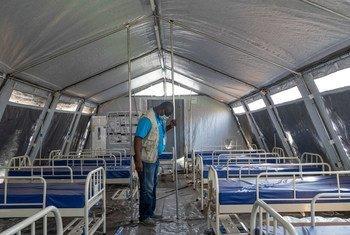 Un trabajador de UNICEF supervisa la instalación de tiendas en un hospital de niamey, Niger, durante la pandemia de coronavirus