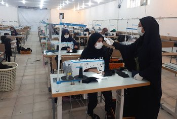 Des réfugiés à Sarvestan, en Iran, participent à un atelier de couture mis en place par le PAM pour fabriquer des masques.