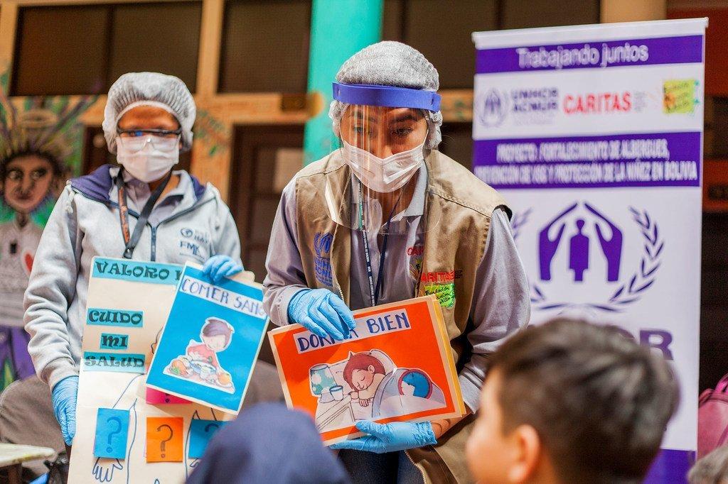 Una escuela móvil visita un campamento de migrantes y refugiados venezolanos en La Paz, Bolivia.