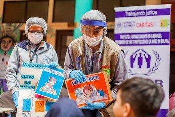 Une école ambulante rend visite à un abri pour Vénézuéliens à La Paz, en Bolivie.