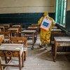 Un salón de clases es desinfectado en Egipto, cuando las escuelas se preparan para reabrir durante la pandemia.