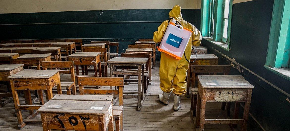 В ООН призывают открыть школы, как только удастся взять под контроль распространение инфекции. На фото: школа в Египте