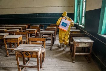 Обеспечение санитарной безопасности - главное условие для открытия школ после карантина. На фото - дезинфекция класса в одной из школ Египта