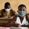 En Côte d'Ivoire, des jeunes portent un masque dans leur salle de classe