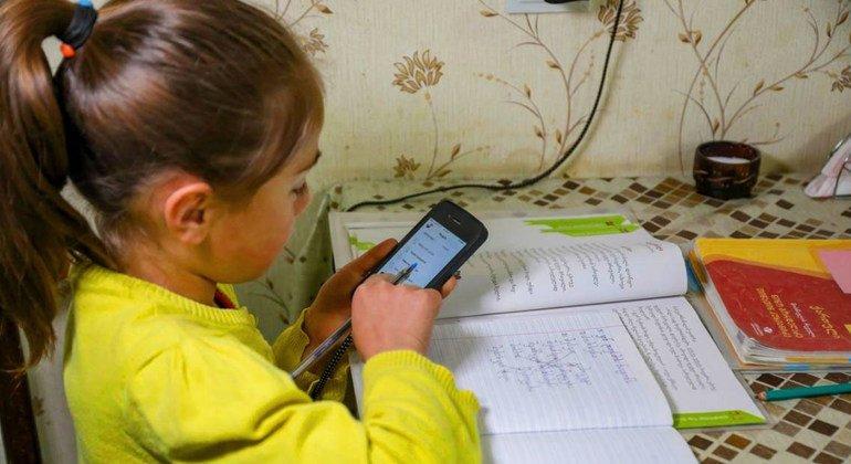 Una niña de siete años estudia en casa en medio del cierre de escuelas en Georgia por el COVID-19.