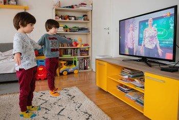 Irmãos gêmeos na Macedônia do Norte assistem a aula na TV