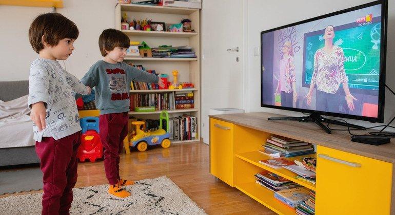 Gemelos en el Macedonia practican yoga para niños a través de la televisión nacional.