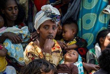 سيدة تجلب طفلها إلى إحدى العيادات الطبية في وجيرات جنوبي تيغراي في إثيوبيا، لإجراء فحوصات للتحقق من سوء التغذية.