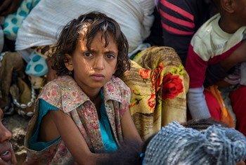 Criança espera por avaliação nutricional em Tigray, Etiópia