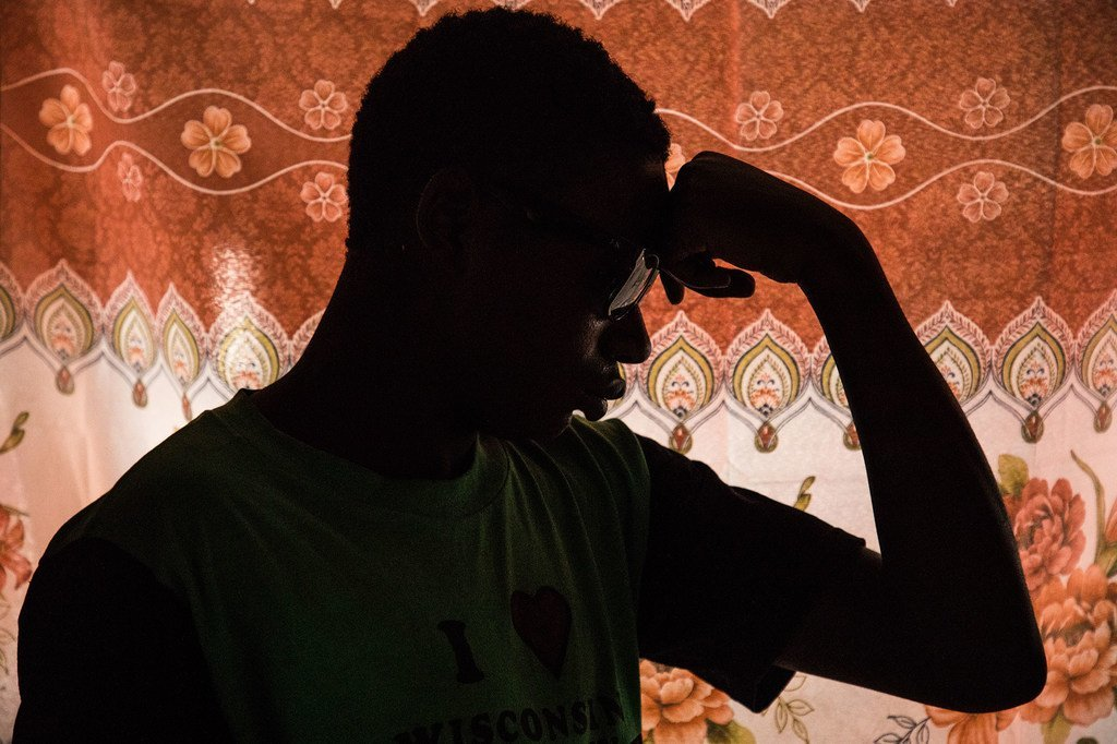 一名16岁男孩在刚果民主共和国的一个康复中心康复,那里的儿童被绑架并被迫拿起武器。
