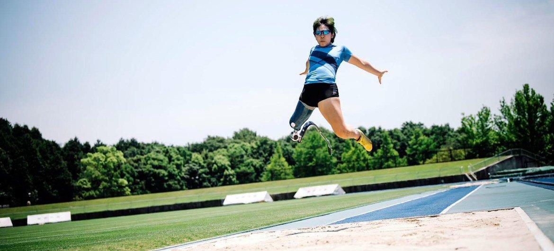 Kaede Maegawa compite en salto de longitud durante los Juegos Paralímpicos de Tokio.