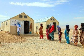 Des jeunes filles afghanes déplacées par le conflit suivent des cours en 2020 dans un camp.