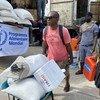 يتلقى الهايتيون المتضررون من الزلزال الأخير في ليه- كاي إمدادات الإغاثة من الوكالات الإنسانية.