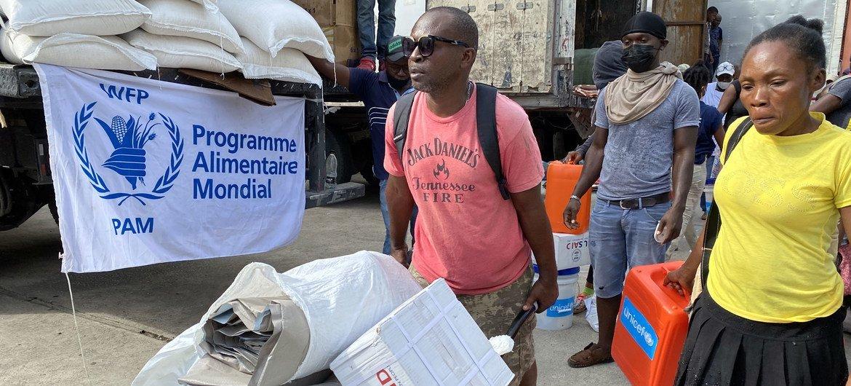 ВПП наращивает помощь гаитянам после землетрясения.