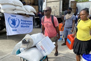 Les Haïtiens touchés par le récent tremblement de terre aux Cayes reçoivent une assistance humanitaire.