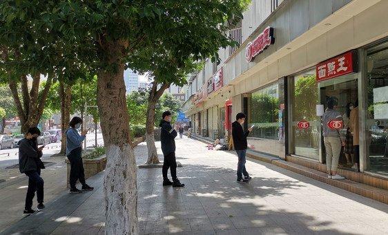 Durante o surto de coronavírus, pessoas em Shenzhen, na China, ficam distantes, intencionalmente, em uma fila.
