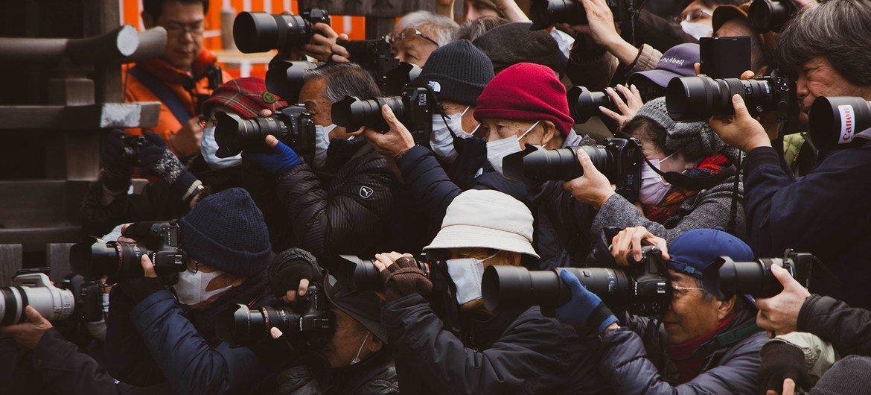 媒体记者报道在上海举行的一个活动。