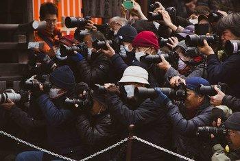 चीन के शंघाई में, एक प्रेस कार्यक्रम के दौरान मीडियाकर्मी