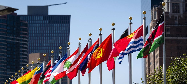 纽约联合国总部大厦外飘扬着国旗。
