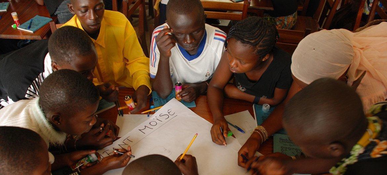 刚果民主共和国一所由受害人信托基金项目支持的和平学校的学生。