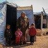 सीरिया में एक विस्थापित परिवार, उत्तरी अलेप्पो के ग्रामीण इलाक़े में बनाए गए एक अस्थाई शिविर में रहने को मजबूर.