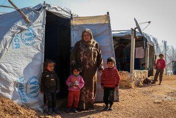 Familia iliyokimbia makazi yao, wakiwa katika hema la muda katika kambi kaskazini mwa vijijini Aleppo, Syria.