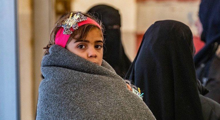 يواجه الأطفال في مخيم الهول بشمال شرق سوريا شتاءً قاسياً بسبب نقص الملابس المناسبة.
