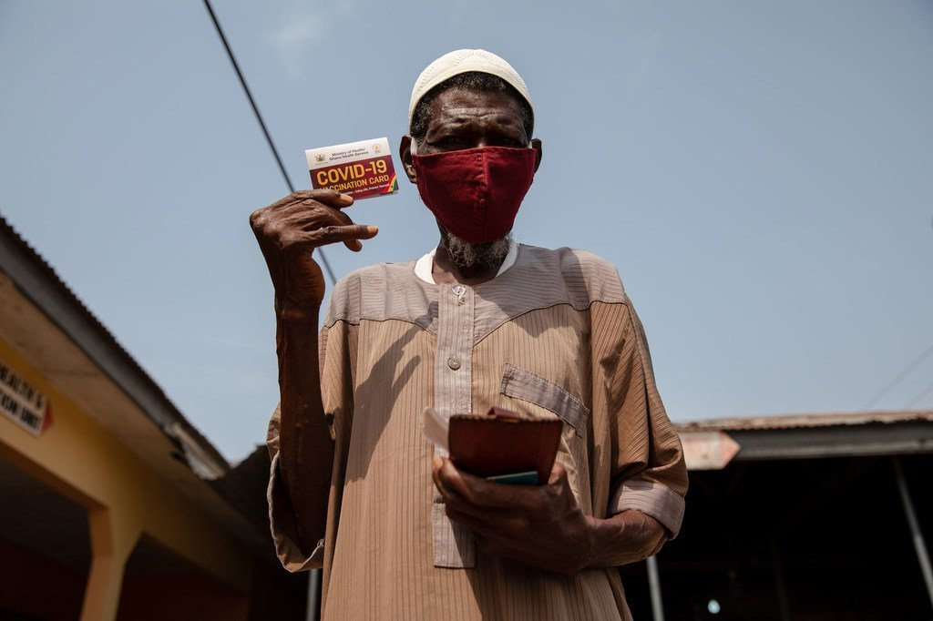 Un homme de 76 ans montre sa carte de vaccination après avoir reçu une dose du vaccin contre la Covid-19 à Kasoa, au Ghana.