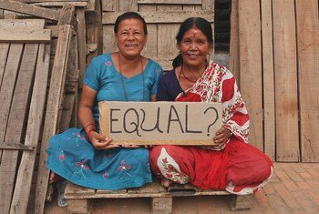 Des femmes népalaises tiennent une pancarte dans le cadre d'une campagne de la Banque mondiale sur l'égalité.